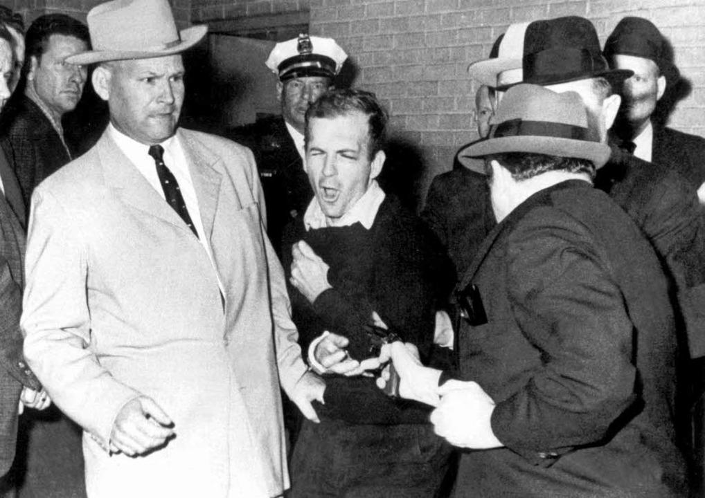 Während der Überführung in ein anderes...nedy-Attentäter Lee Harvey Oswald (M).  | Foto: A9999 DB