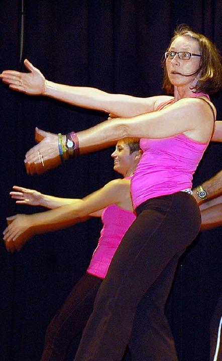 Drei in eins: Elemente aus Yoga, Zumba...ic zeigten die Vielseitigkeit des TVR.  | Foto: Hildegard Siebold