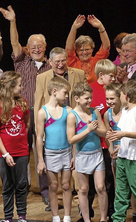 Jung und Alt boten in Eintracht ein bu...kel auf der Turnerbühne im Bürgersaal.  | Foto: Hildegard Siebold