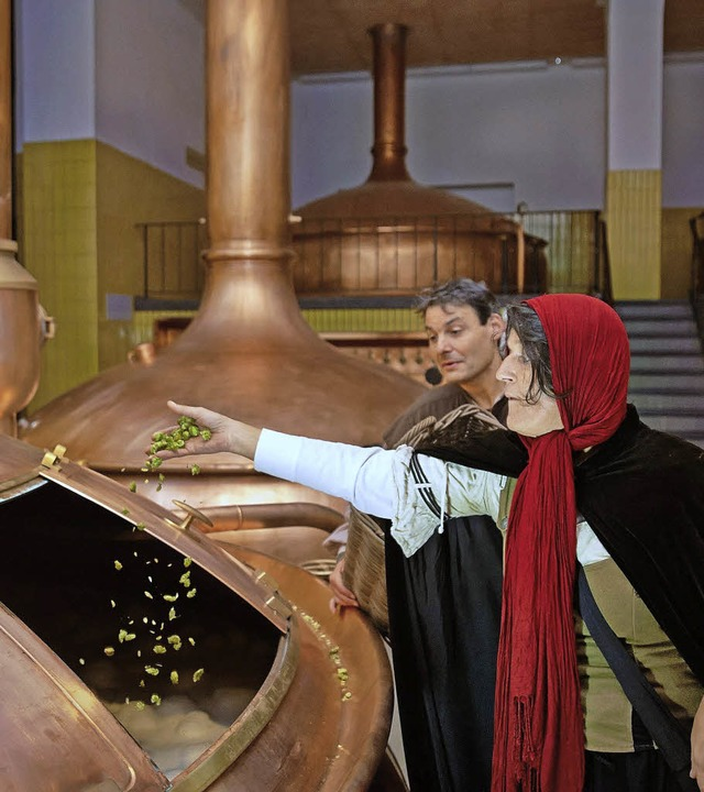 Hexe Gundula und Bruder Albertus zanke...r Brauerei Ganter über die Braukunst.   | Foto: Privat