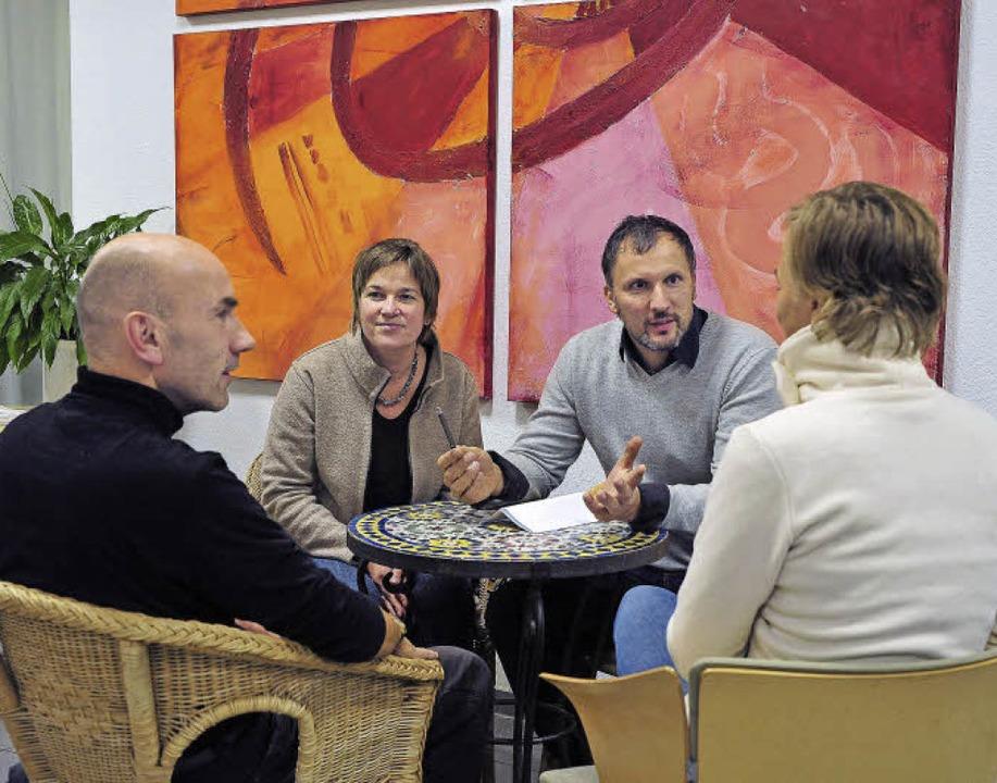 Alle an einen Tisch bekommen, um Konfl...er (hinten rechts) eine solche Runde.   | Foto: Thomas Kunz