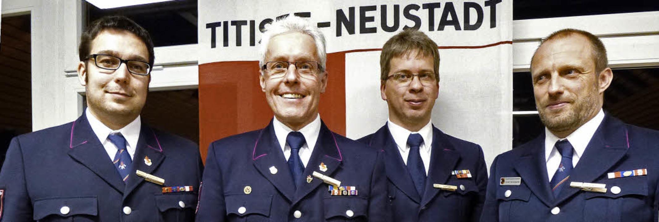 Das neue Kommando der Gesamtfeuerwehr ... mit dem scheidenden Gotthard Benitz.   | Foto: Peter Stellmach
