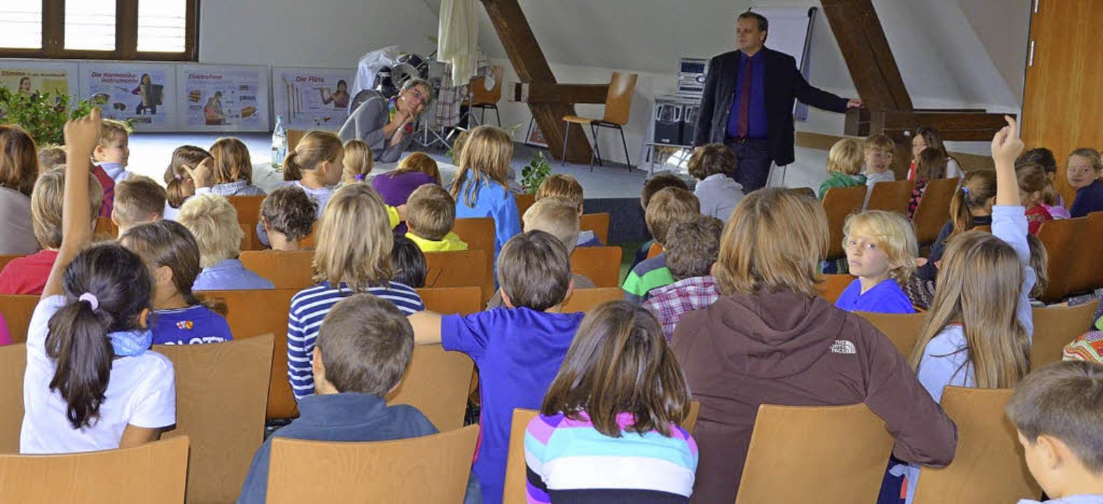 Ministerin Silke Krebs (ganz hinten) h...und Schülern auch Fragen beantwortet.   | Foto: privat