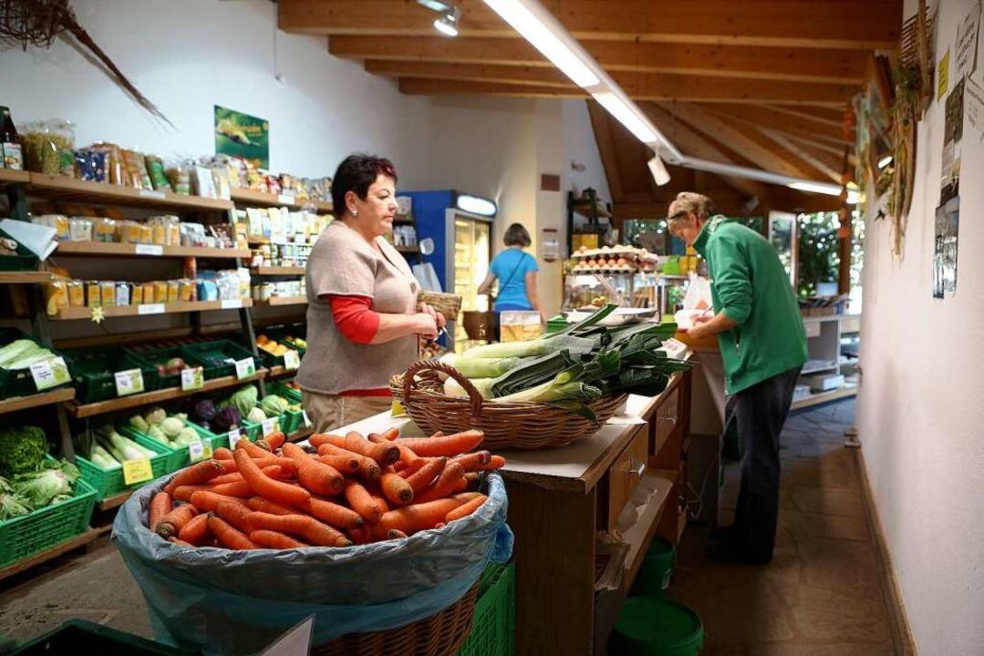 Ein Treffpunkt für treue Kunden: Witts Hofladen.  | Foto: Christoph Breithaupt