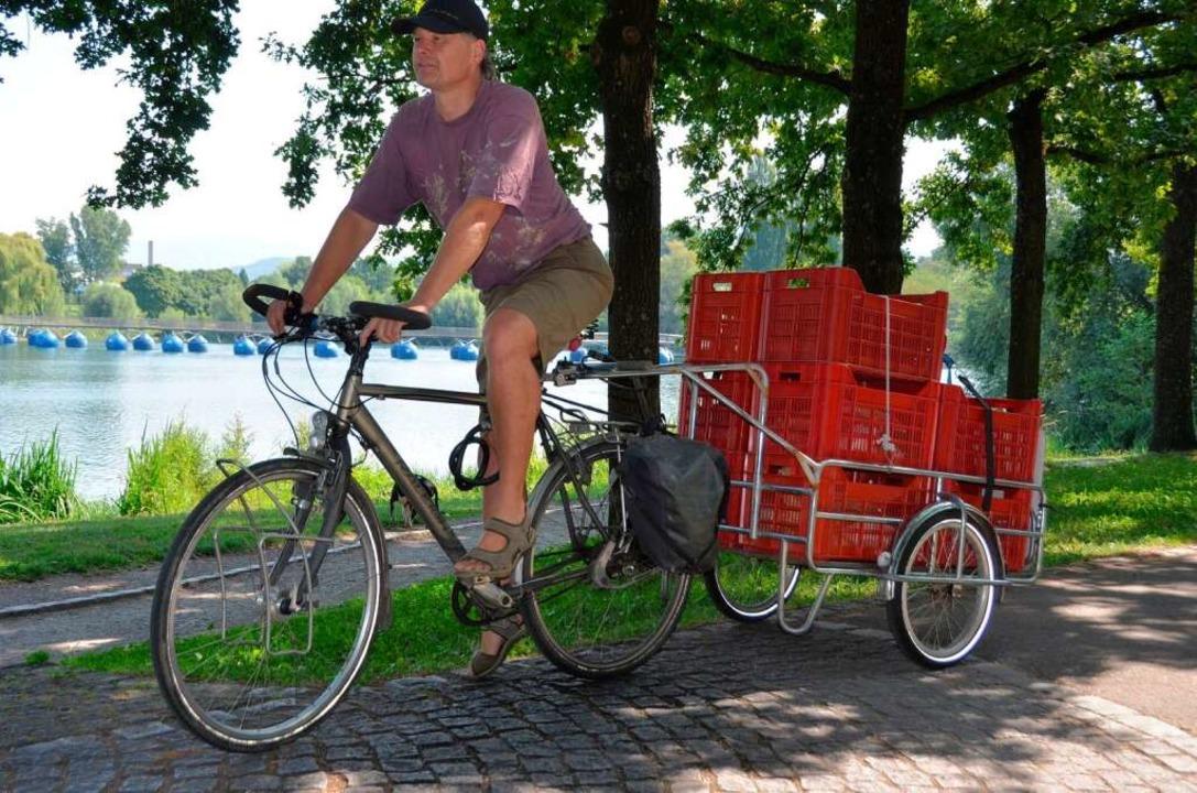 Christian Schömmel fährt die Biokisten mit dem Fahrrad aus  | Foto: Gesell Sina