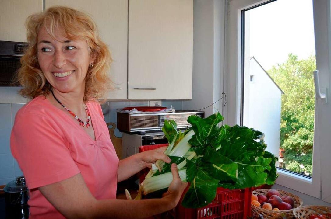 Claudia Klein aus Freiburg gehört seit...ren zu den Abonnenten der Gemüsekiste.  | Foto: Gesell Sina