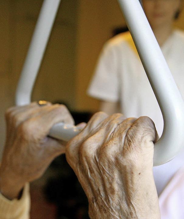 Wer hilft den Helfern? Die Situation in der Pflege ist alarmierend.  | Foto: DPA