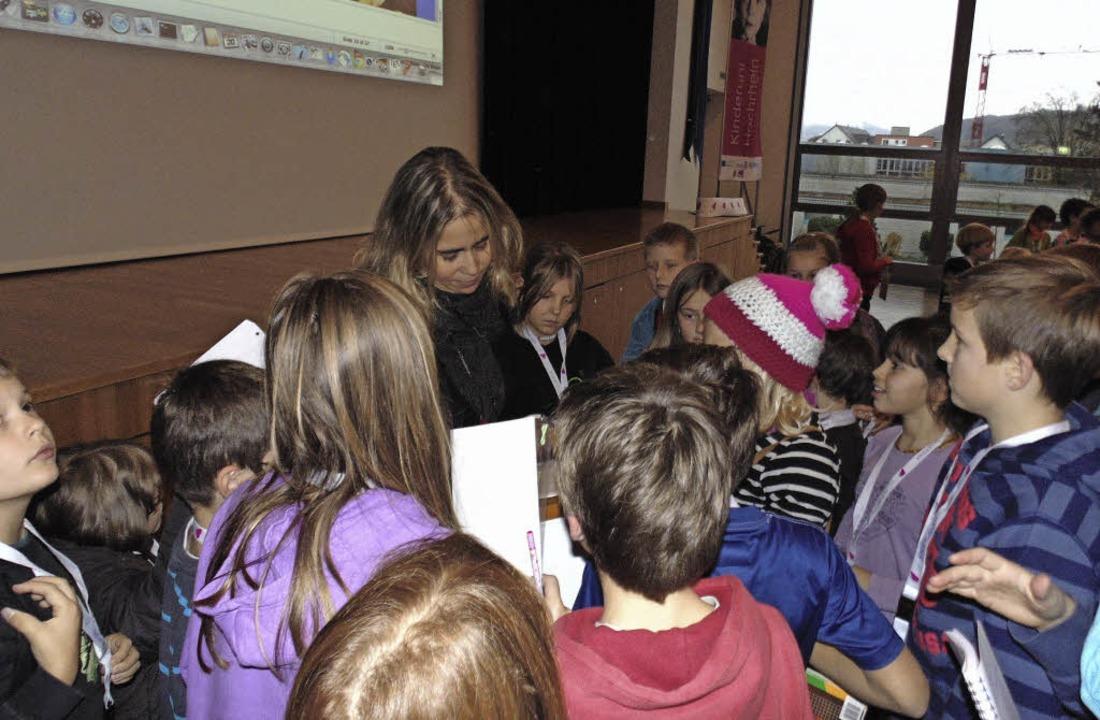 Star im Hörsaal: Die Kinder holten sic...tin Aline Steinbrecher Autogramme ab.   | Foto: Michael Gottstein