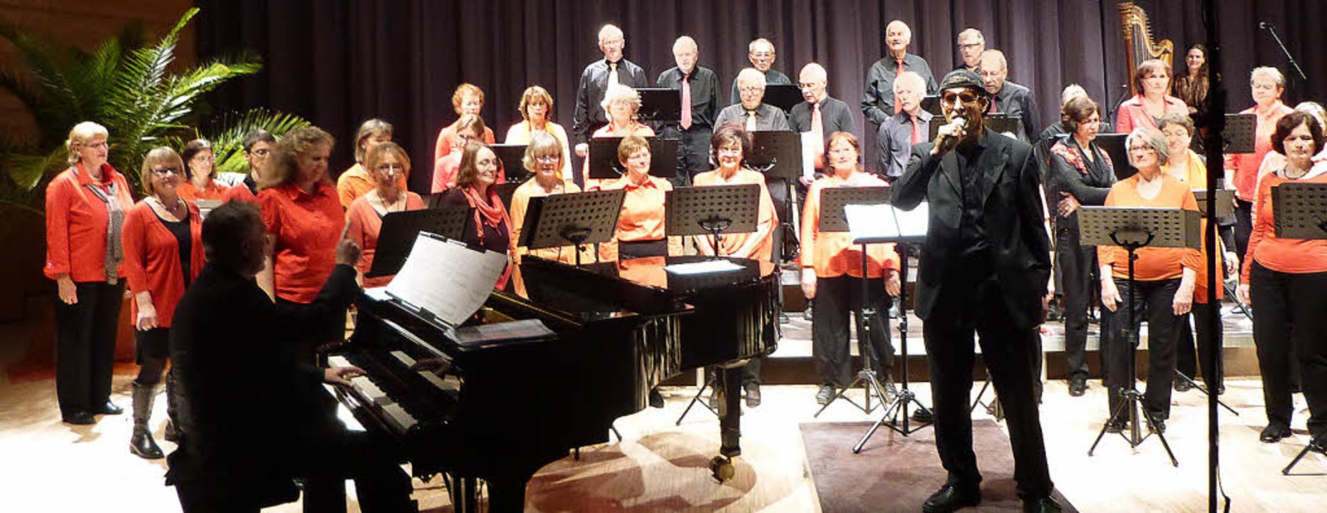 Der Pianist Hubert Weis trat auch als ...h den Chorioso-Dirigenten Guido Berg.   | Foto: Anne Freyer