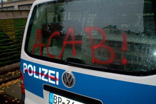 Polizeiauto mit roter Farbe besprüht
