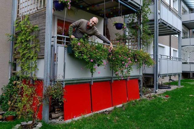 Mieter muss rote Balkonplatten entfernen