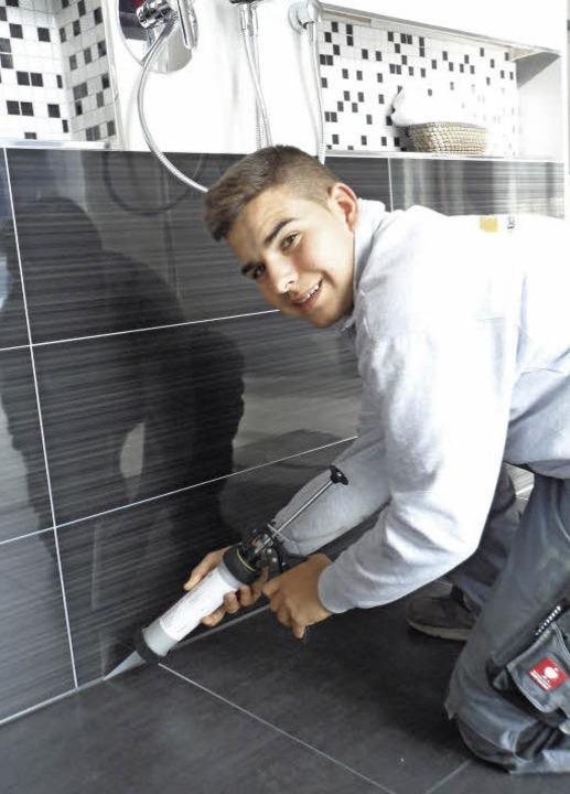 Valerio Lai  (16) aus Waltershofen ler... den Tätigkeiten eines Fliesenlegers.   | Foto: Tobias Winterhalter
