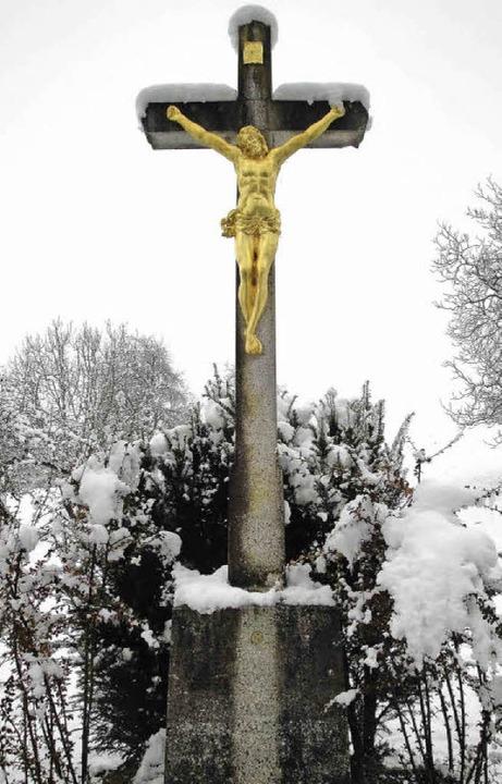 Das verwitterte Kreuz an der Alten Sch...chmitz und Uwe Kratt den Kreuzsockel.   | Foto: Hansjörg Bader