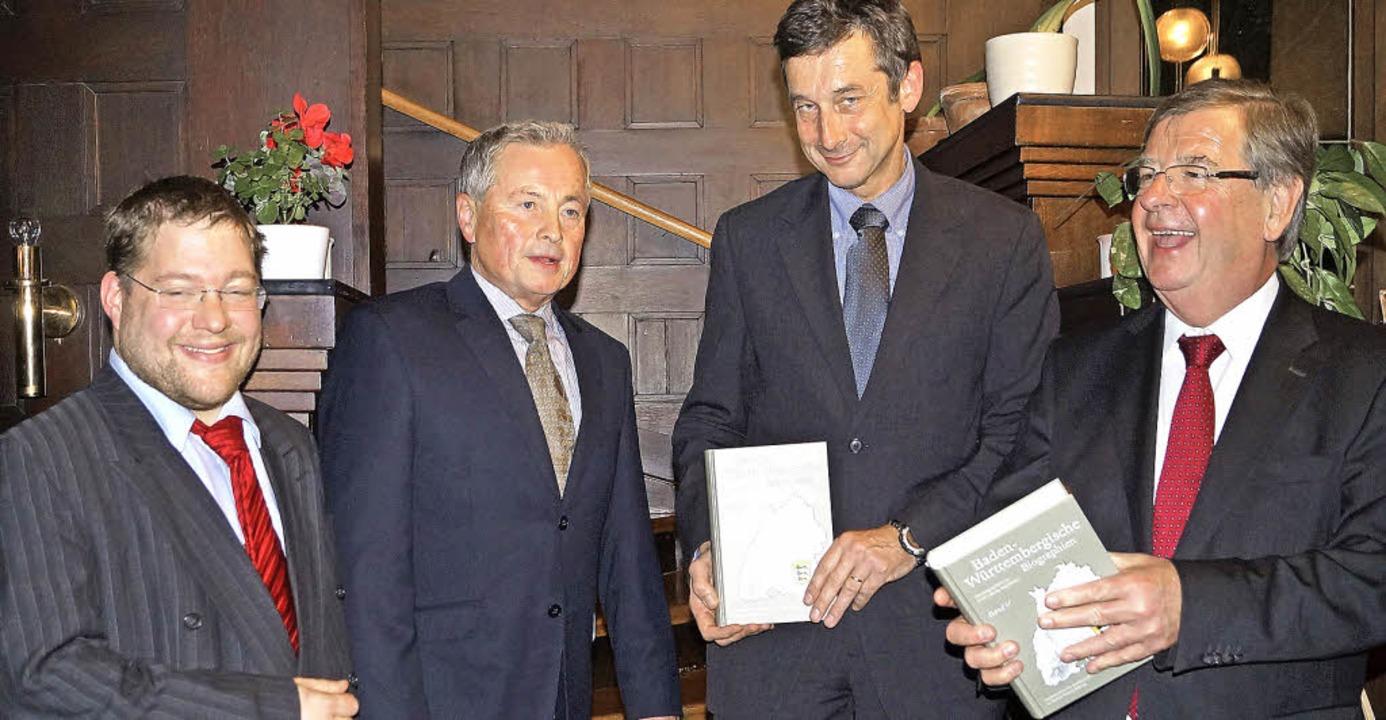 Von links: Lektor Daniel Kuhn,  Heraus...li Stächele bei der Buchpräsentation.   | Foto: Silke Hartenstein