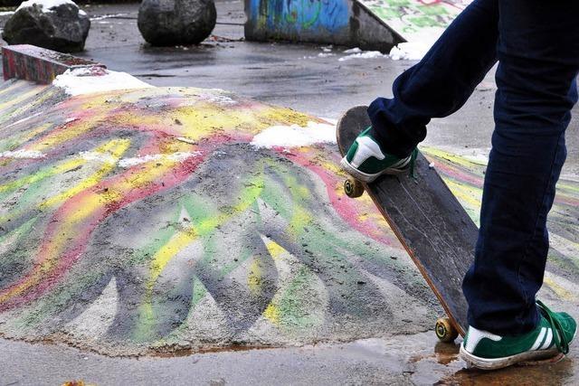 Ehrenamtliche richten die städtische Skateranlage am Freibad wieder schön her