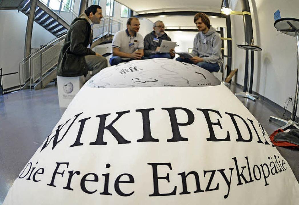 Teilnehmer der WikiCon diskutieren in Karlsruhe.   | Foto: dpa