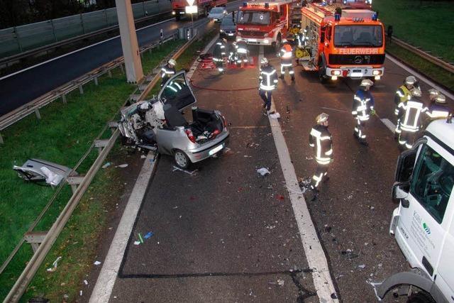 Autofahrerin prallt gegen Mülllaster – Lebensgefährlich verletzt