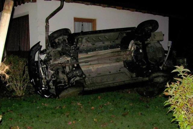 Auto prallt gegen Hauswand – Fahrer schwer verletzt