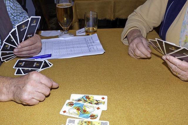 Karten klopfen in der Dorfgaststätte