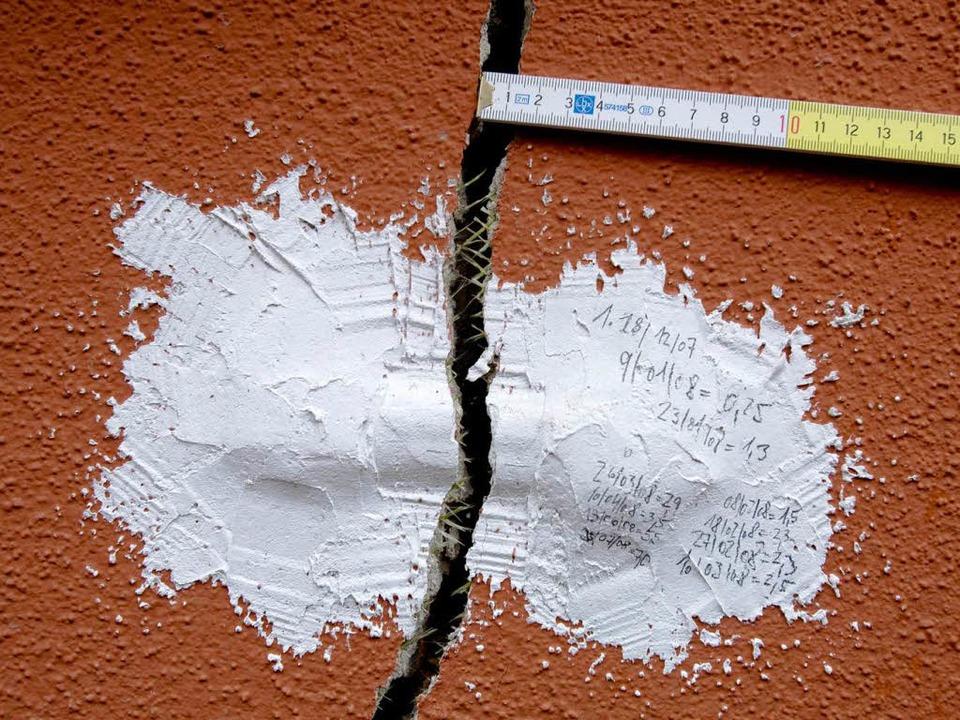 Sie werden immer noch mehr und immer noch breiter: Staufens Risse  | Foto: DAPD
