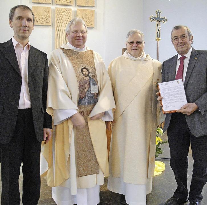 Es gratulierten zum Chorjubiläum: Pfar...rechts) und Dirigent  Michael Donkel.   | Foto: Hansjörg Bader