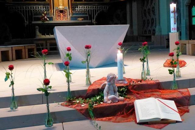 14 rote Rosen erinnern an die Opfer des Brandunglücks