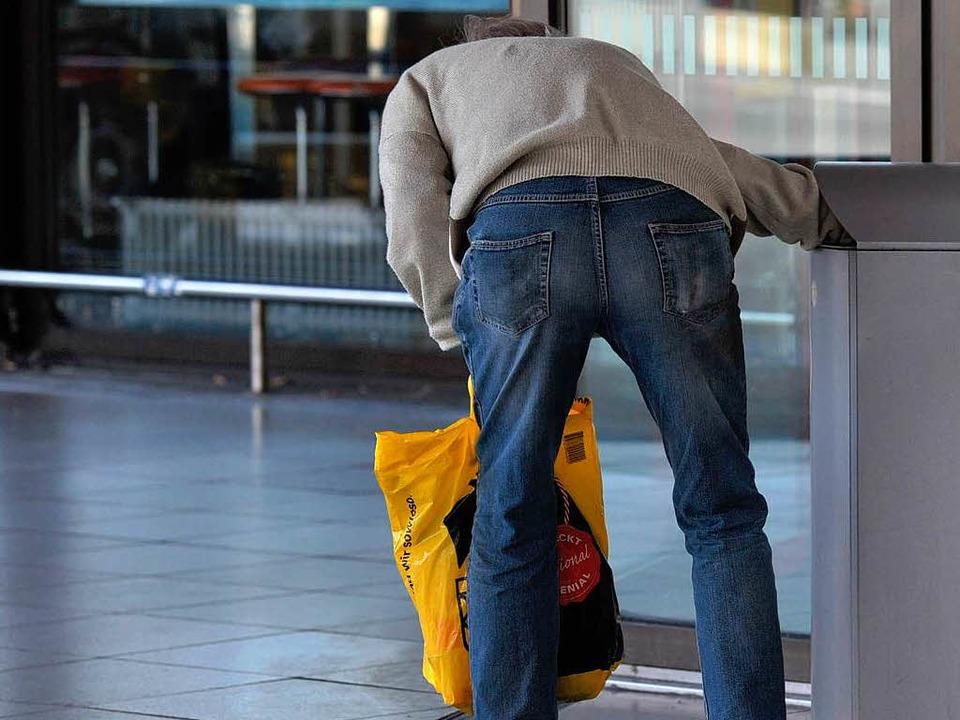Immer häufiger zu sehen: Ein Mann sucht in einem Abfalleimer nach Verwertbarem.   | Foto: dpa