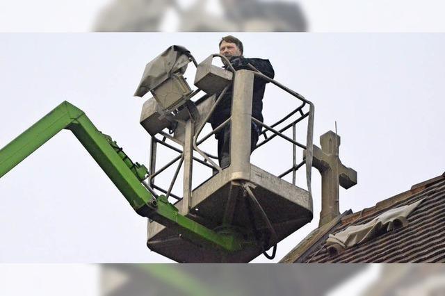 Handwerker dichten Kirchendach ab