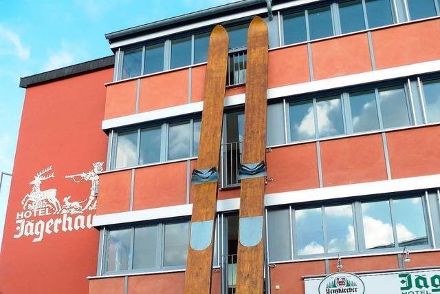 Neustadt wirbt mit elf Meter hohen Skiern für Weltcup-Skispringen
