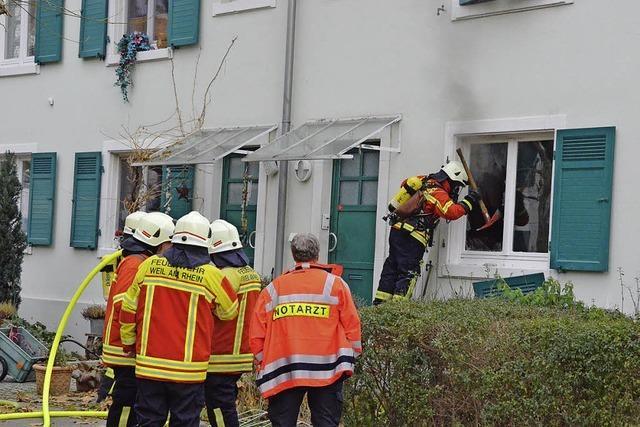 Feuerwehr löscht Wohnungsbrand