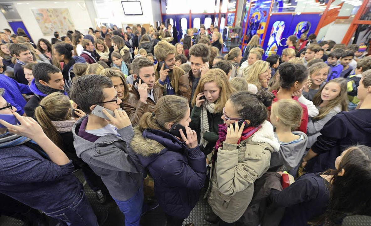 Demonstratives Massentelefonieren im Deutsch-Französischen Gymnasium.    Foto: Ingo Schneider