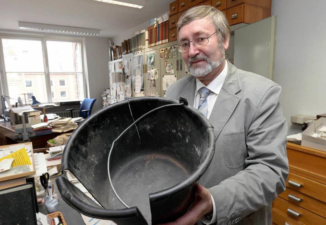 Experte Karl-Josef Gilles mit dem Plas...ie Münzen dem Museum übergeben wurden.    Foto: Thomas Frey