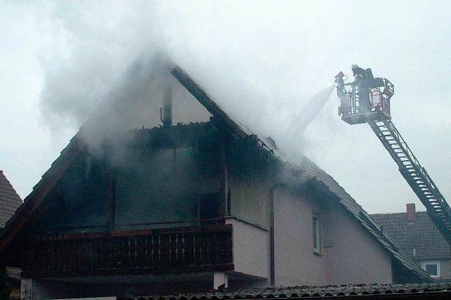 Dachstuhl brennt komplett aus