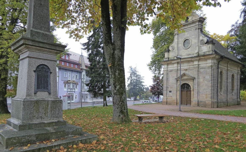 Die Schlosskapelle im Stadtgarten mit  dem Kriegerdenkmal im Jahr 2013.   | Foto: Uli Schulze