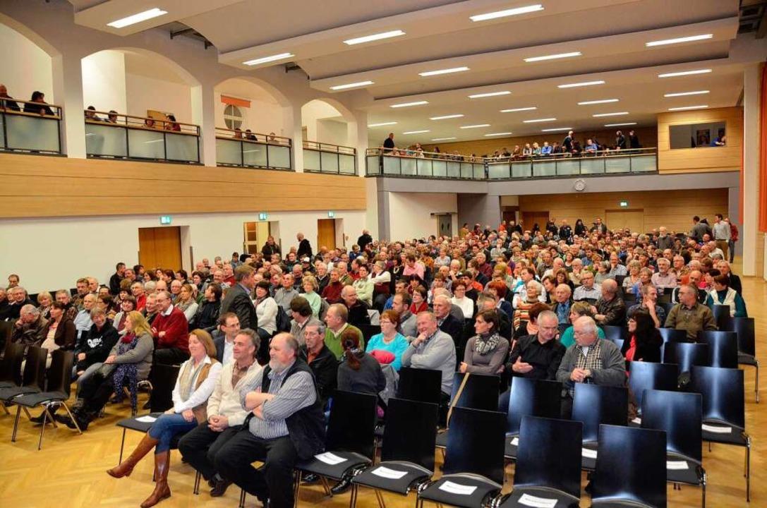 Gut 1000 Löffinger  kamen zur Vorstell...germeisterkandidaten in die Festhalle.  | Foto: Martin Wunderle