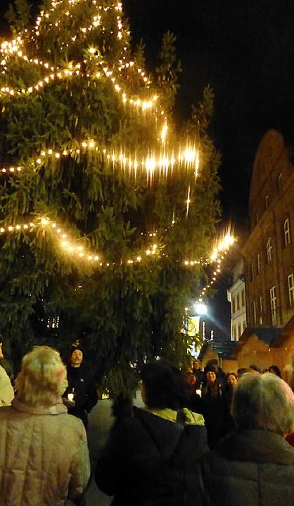 Symbolisch erleuchtete der Förderkreis...hnachtsbaum auf dem Alten Marktplatz.   | Foto: Gabriele Reinhardt
