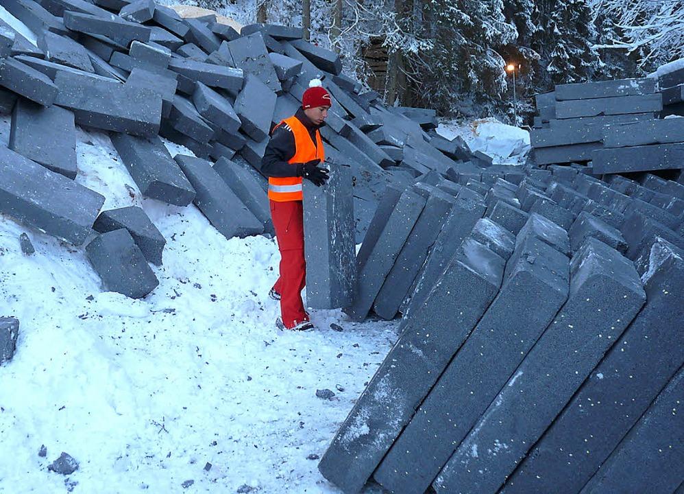 Fußballer als Entpacker: Alexander Lan...des Gletschers alle Hände voll zu tun.  | Foto: Bachmann