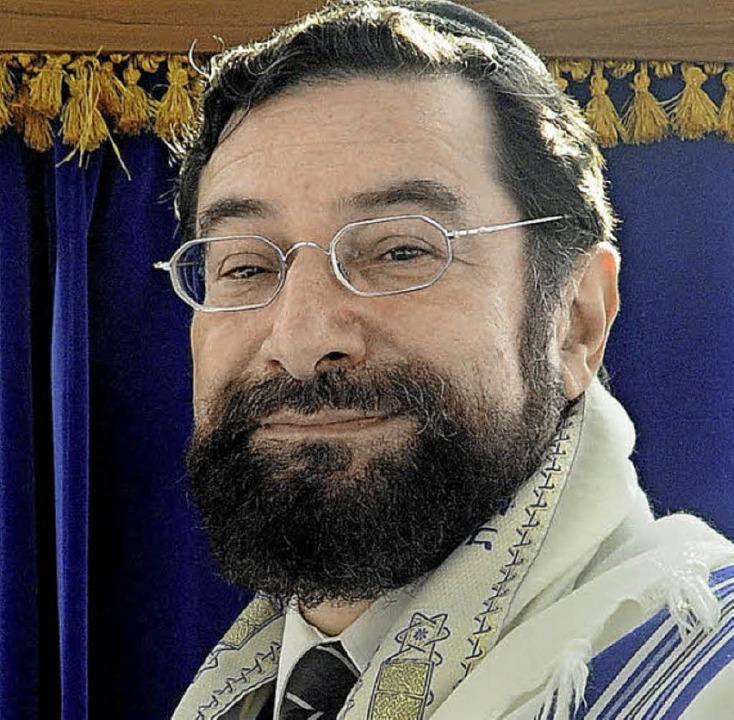 Rabbiner Mosche Ben Towia Navon bei se...ra-Schrank in der Emmendinger Synagoge  | Foto: Markus Zimmermann