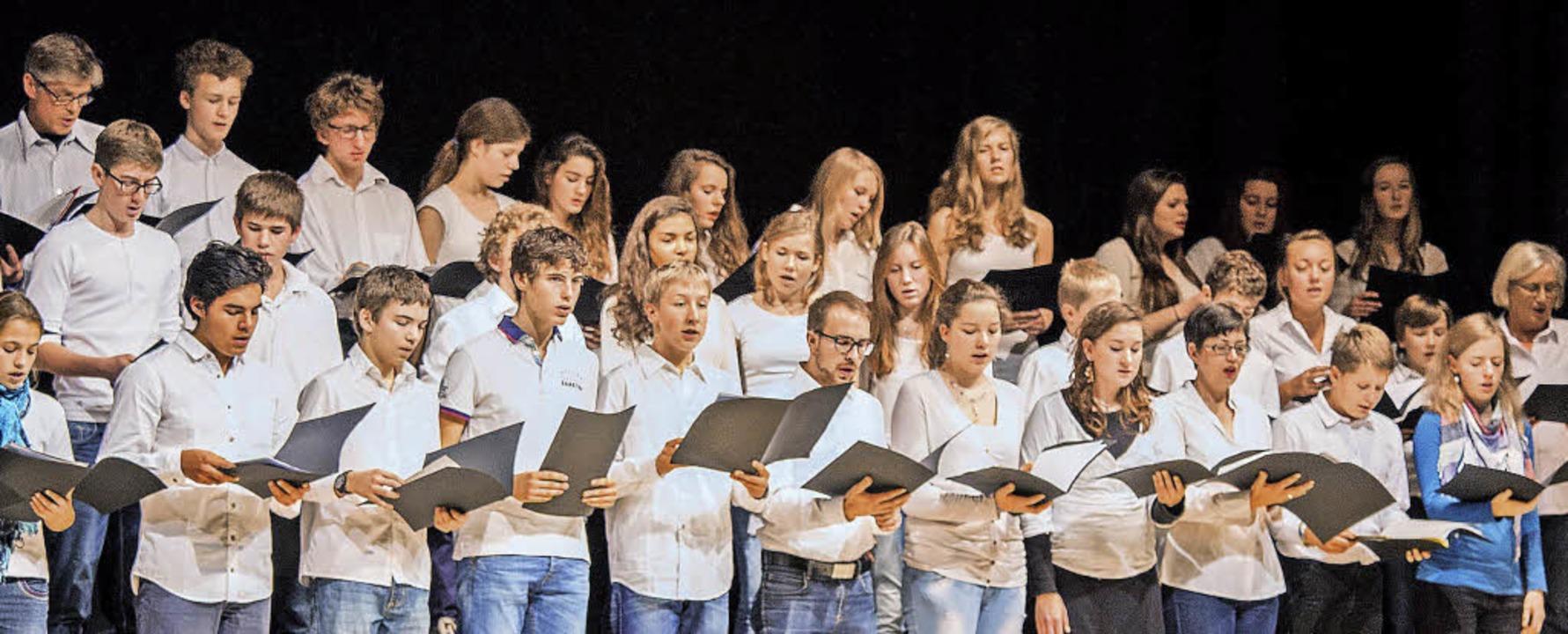 Auch der Schulchor des   Deutsch-Franz...-Chors in Merzhausen  auf der Bühne.    | Foto: Dominik Probst