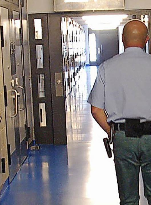 Hinter dem Rücken von Vollzugsbeamten ...en dabei auch vor Gewalt nicht zurück.  | Foto: Archiv: hsl