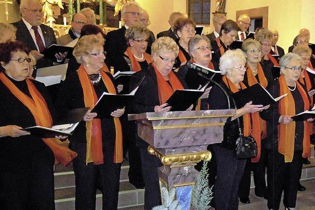 Chor zieht mit Kerzen ein