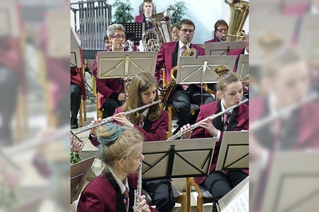 Musikverein spielt Klassiker in neuen Uniformen