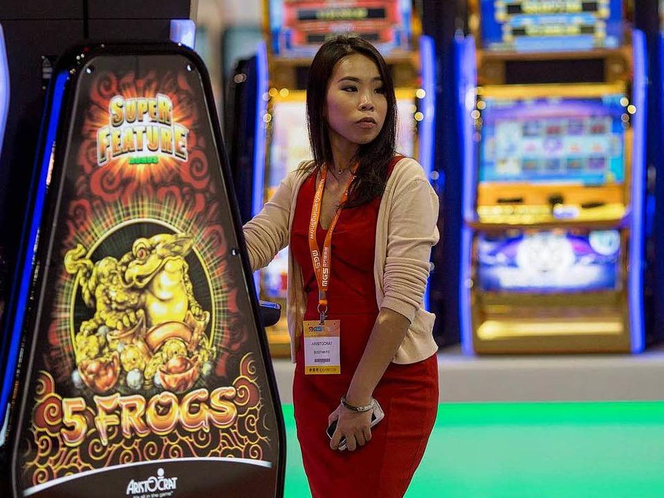 Eine Besucherin in einem Kasino in Macau.  | Foto: dpa