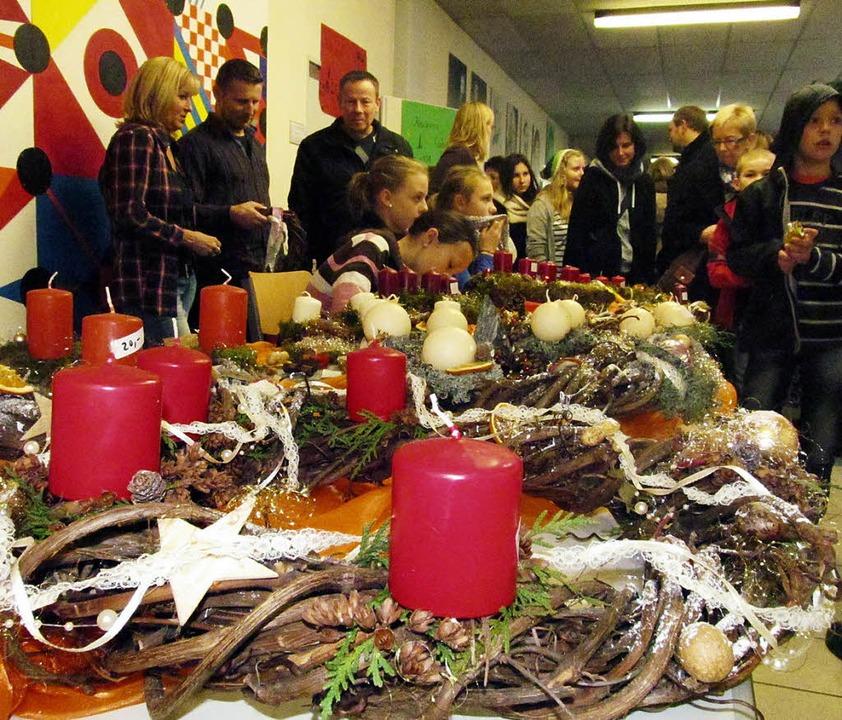 Beim Adventsbasar in der Breisacher Hu...achtskränze sowie Weihnachtsgebäck an.  | Foto: christoph müller