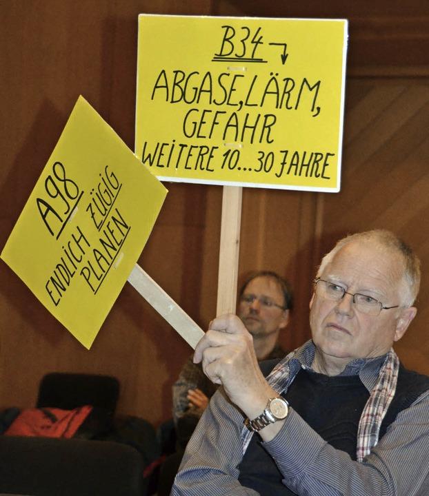 Stiller Protest: Auf Tafeln drückte Gü...tung im Kursaal aus, was er erwartet.   | Foto: Axel Kremp