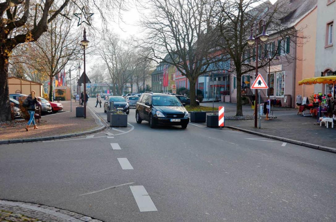 Bald wird es auf der Rheinstraße bei d...kasse den  Zebrastreifen wieder geben.  | Foto: Agnes Pohrt