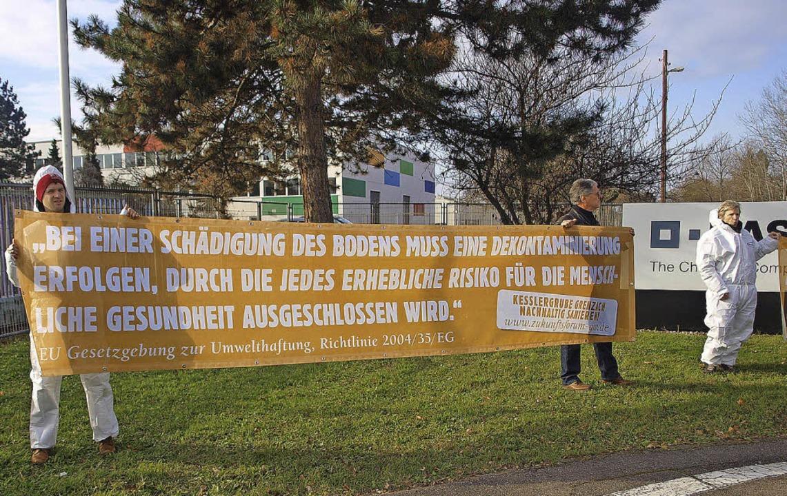 Mit mehreren Bannern erwarteten Vertre...eitung des Nachhaltigkeitsgutachtens.   | Foto: Albert Greiner