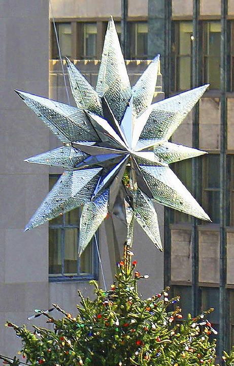 Der Stern über dem Rockefeller-Christbaum   | Foto: Fotos: dpa