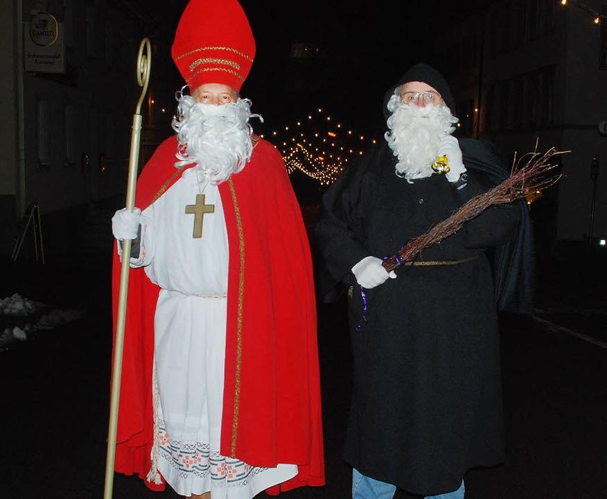 Von der Kolpingfamilie in Zeller Famil...Bischof Nikolaus und Knecht Ruprecht.   | Foto: Monika Weber