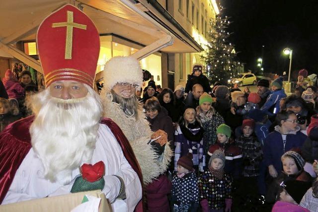 Kinder freuen sich auf den Nikolaus
